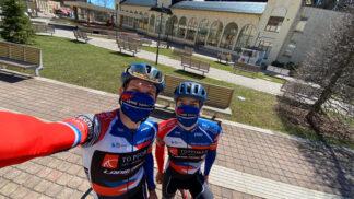 Už mají dost online závodů. Profesionální cyklisté vyrážejí na tréninkový kemp