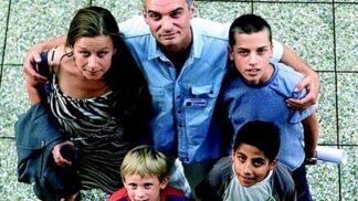 Film Smradi: Pražský manželský pár s adoptovanými romskými dětmi se stěhuje na vesnici, rasismus je však i tam