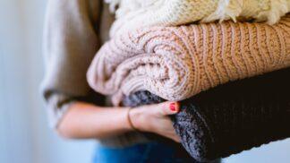Ideální pro chladná rána: Trendem jara 2020 jsou oversized svetry, naučte se je nosit