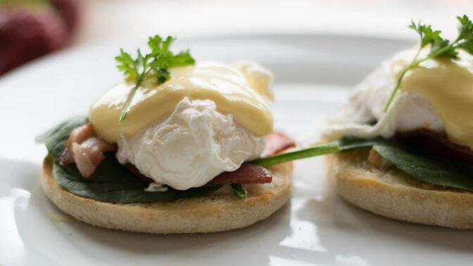 Ztracené vejce uvařené v potravinářské fólii. Jednoduchý trik pro začátečníky, jak si připravit skvělou snídani