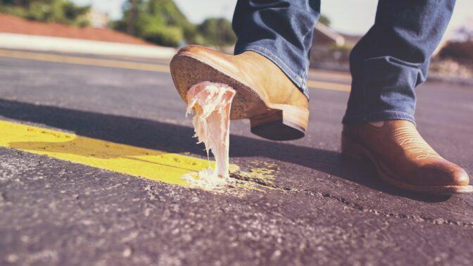 Jak odstranit žvýkačku? Pomoc hledejte v mrazáku, zkusit můžete i arašídové máslo