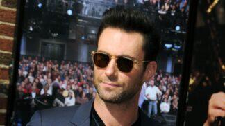 Adam Levine přiznal, že mu chybí porotcování v show The Voice. Stýská se mu po parťákovi Sheltonovi