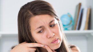 Nežádoucí pupínky na čele: Pozor na teplou vodu, přílišné mlsání a zbytečný stres