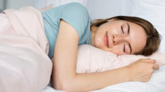 Spíte na zádech, nebo na boku? Jedna ze spánkových poloh vám způsobuje vrásky # Thumbnail