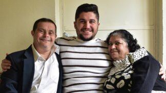 Táta s Downovým syndromem vychoval úspěšného syna. Ten chce o své rodině natočit film
