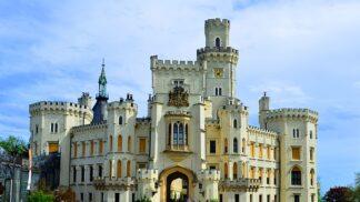 Zámek Hluboká nad Vltavou: Místo, kde vyvěrá zázračná voda a roste krvavá tráva