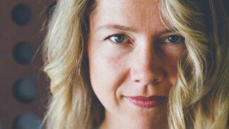 Marie (51): Soused mě nenávidí. Hází mi slimáky do květáku