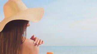 Chystáte se na dovolenou u vody? Myslete na to, že péče o pleť vyžaduje jiný přístup