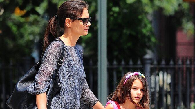 Dcera Katie Holmes a Toma Cruise vyrůstá bez slavného táty. S mámou ale tvoří dokonalý pár