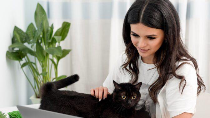 Katka (19): Naše kočka pořád zírá na jedno místo v obýváku. Děsí mě to