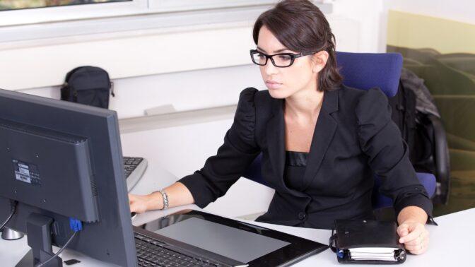 Žaneta (28): V kanceláři se mi začaly ztrácet věci. Z chování kolegy se mi dělá špatně