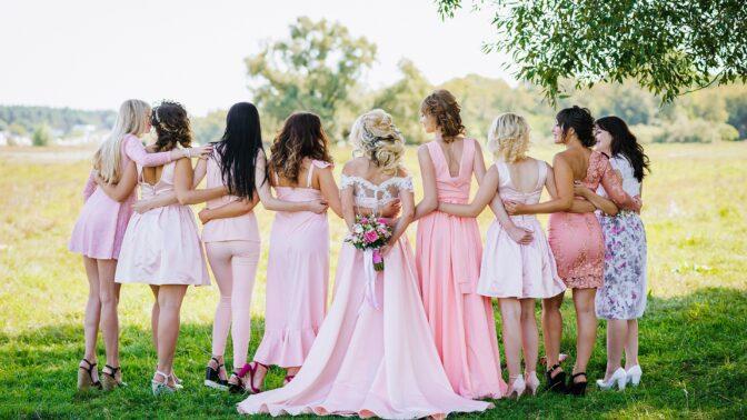 Sexy móda pro svatební družičky i svědkyně: Inspirujte se!
