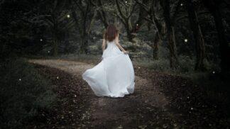 Emma (27): Matka trvala na tom, abych si oblékla její svatební šaty. Díky nim se mi stalo něco zvláštního