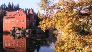 Čert a unesená žena: Vodní hrady a zámky lákají na tajemné pověsti i krásné scenérie
