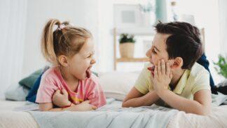 Co dělat, když na sebe žárlí nevlastní sourozenci? Mluvte se všemi, říká psychoterapeutka a nabízí jednoduchý trik