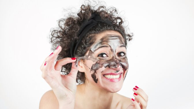 Pečujte o pleť jako profesionálka: První vrásky vyhladí maska z aktivního uhlí