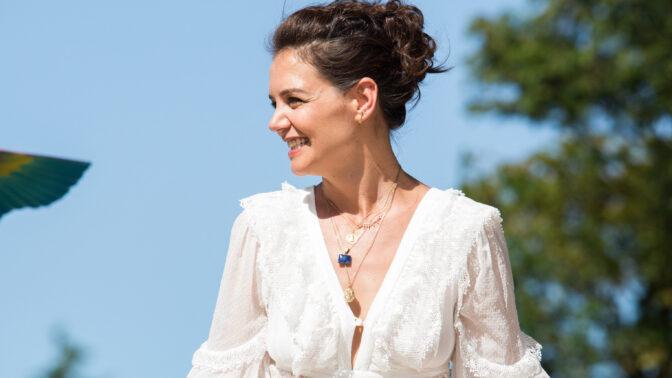Katie Holmes už není sama. Její první láskou byl Joshua Jackson, osudovým Tom Cruise a ten poslední umí vařit
