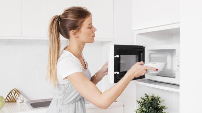 Tři kroky k čisté mikrovlnce: Překvapivě potřebujete jen vodu a citron