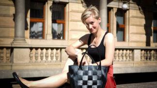 Náušnice z použité PET lahve, kabelka z autoplachty: Najdete odvahu si je vyzkoušet?