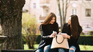 Tajemství dámské kabelky odhaleno: Jak je možné, že se do ní všechno vejde, a proč potom nic nemůžeme najít