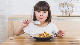 S dětmi u jednoho stolu: Jak to vyřešit, aby mohly jíst s vámi