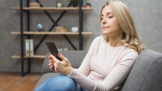 Podle výzkumníků jsou atraktivnější ti, co na esemesky neodepisují hned