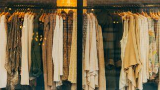 Jak prodloužit životnost našeho šatníku? Odstraňujte i neviditelnou špínu!