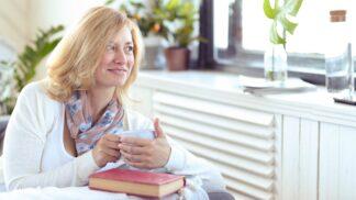 Trápí vás návaly a změny nálad při menopauze? Ulevte si silou bylin, kdy zabere jetel a proč je dobrá třezalka