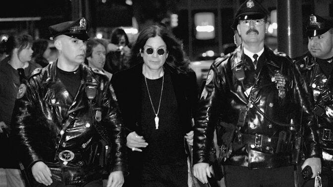 Ozzy Osbourne: Ukousl hlavu holubici a pokusil se uškrtit svou vlastní ženu