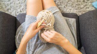 Trpíte úzkostmi, depresí nebo chronickými bolestmi? Vědci doporučují speciální pletací terapii