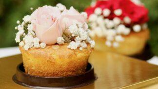 Jedlými květy ozdobíte i sváteční dort: Můžete použít i ty, do kterých byste to neřekli