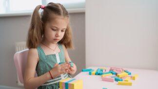 Jak naučit děti, aby byly rády samy se sebou? Psychoterapeutka vysvětluje, proč by to měly umět