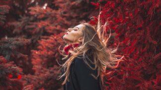 Jen žádnou šedou: Červená barva rozsvítí podzim a zlepší náladu