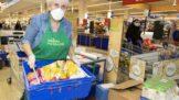 Letošní sbírka potravin trhala rekordy. Zákazníci Tesco darovali 103 tun potravin a drogerie