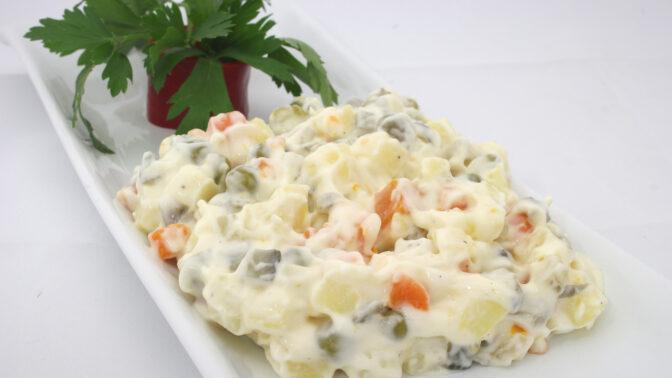 Vánoční bramborový salát: Dříve se do něj dával slaneček, telecí jazyk, a dokonce i kaviár