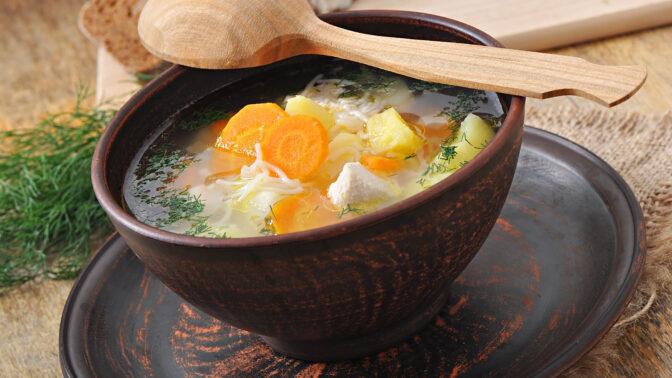 Sezóna horkých polévek: Poctivá kuřecí s nudlemi