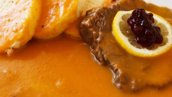 Jak na dokonalou svíčkovou na smetaně: Protýkejte špekem a maso pořádně opečte