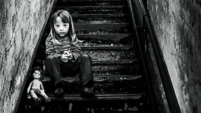 Monster study: Bezbranní sirotci jako oběti šílených pokusů koktajícího vědce