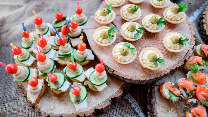 Silvestrovské pohoštění zdravě: Rychlovky se sýrem, po kterých se jen zapráší