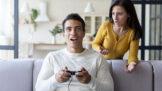 Eva (33): Jsem z manžela na nervy. Je závislý, pořád hraje hry na mobilu, počítači a televizi