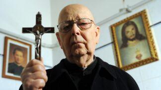 Gabriele Amorth: Nejslavnější exorcista světa tvrdil, že posedlí lidé dokážou zvracet střepy a železo