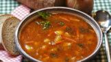 Poctivá gulášová polévka: Dejte si záležet na opečení masa, kouzlo dělá lžíce protlaku