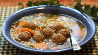 Kuřecí polévka s játrovými knedlíčky, jako vařili v Prostřenu: Takhle ji můžete ještě vylepšit