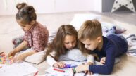 Moderní důvod sourozeneckého žárlení: Já musím do školky, on je ve škole doma