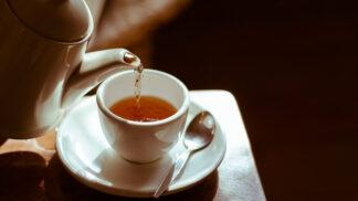 Pět šálků čaje denně pomáhá ve stáří udržet pozornost a zlepšuje funkce mozku, zjistili vědci