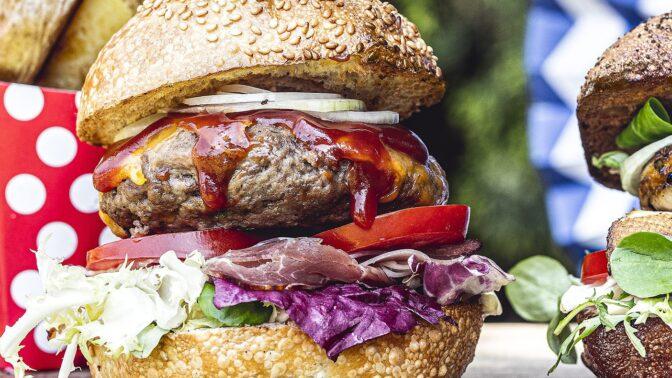 Americký burger s bylinkovým máslem: Zahajte stylově grilovací sezonu