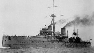 Recese století: Anglické námořnictvo naivně předvedlo svou chloubu falešnému princi. Stačil turban a líčidla