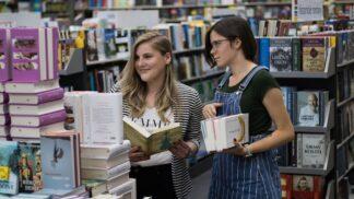 V obchodním centru Šestka zahájila provoz nová prodejna Knihy Dobrovský, zatím bude sloužit jako výdejna objednávek z eshopu