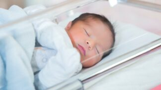 Nahý zázrak zabalený do deky. Do babyboxu v Kolíně někdo odložil první letošní miminko