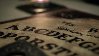 Spiritistická tabulka Ouija: Prodává se jako hračka, teenagery ale dohání k sebevraždě